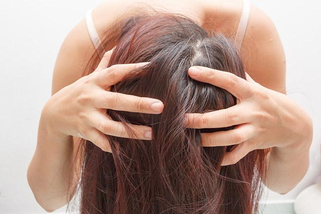 Mujer aplicando remedios naturales para hidratar el pelo