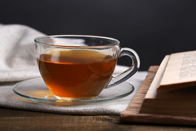 Té de guaraní en una taza con vapor saliendo