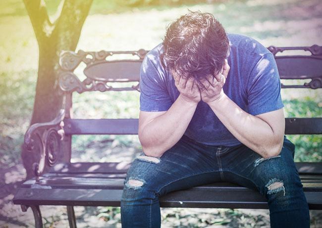Hombre preocupado por padecer de problemas hipocondriacos