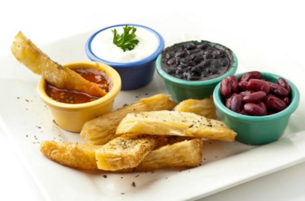 Yuca frita acompañada con ingredientes