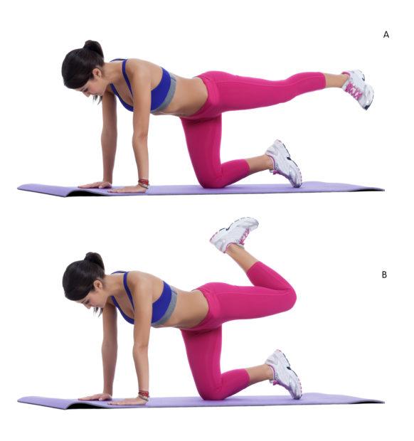 Mujer realizando ejercicio de piernas con patada hacia atrás