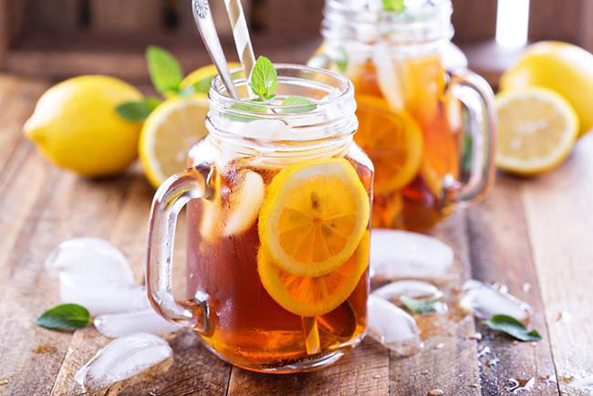 Ppreparando una deliciosa bebida de limón energética y para calmar la sed