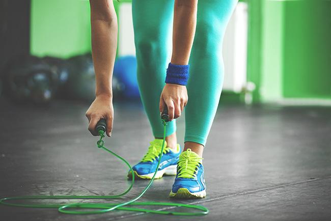 Mujer quemando calorías al saltar la cuerda