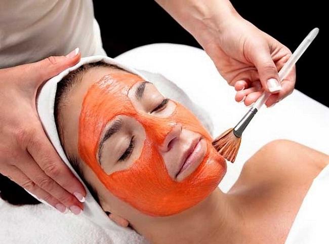 blanquear manchas de la piel con mascarilla de sándalo en la cara