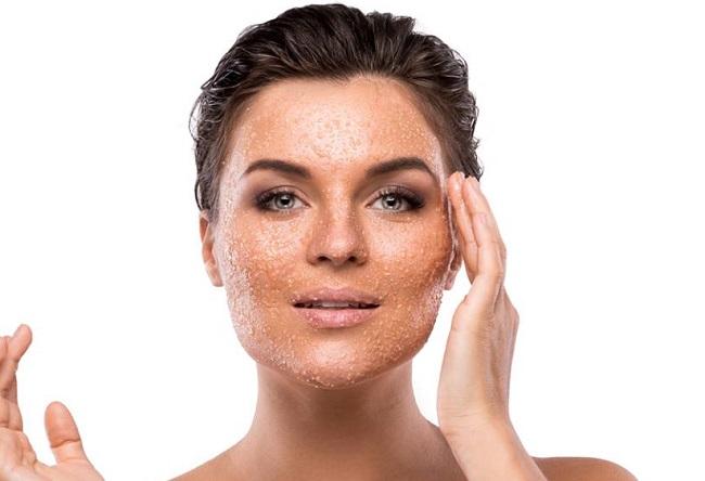 blanquear manchas en la cara exfoliando con azúcar