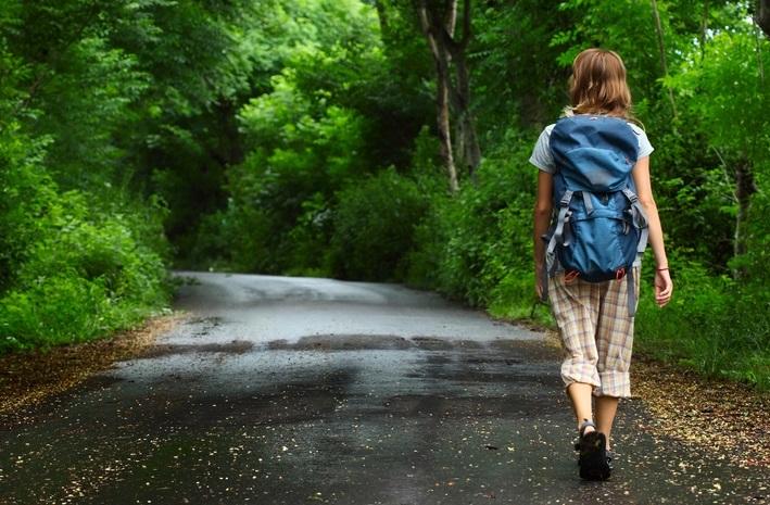 mujer dando una caminata diaria en los bosques