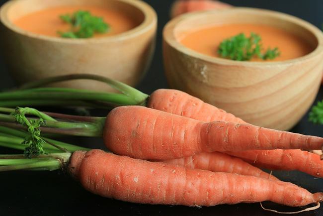 Receta de crema de calabaza con zanahorias en una vasija de madera