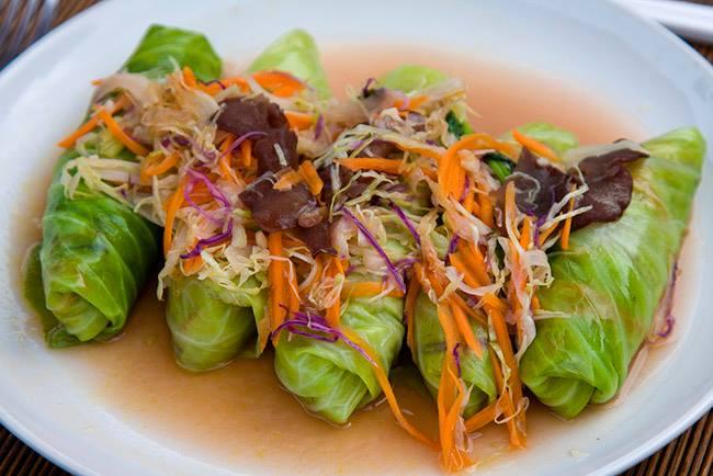 envueltos de coliflor en un plato servidos en caldo de hueso para enfermedades inflamatorias