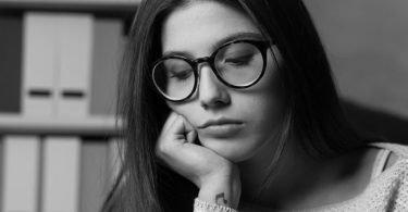 Mujer que padece estrés postraumártico
