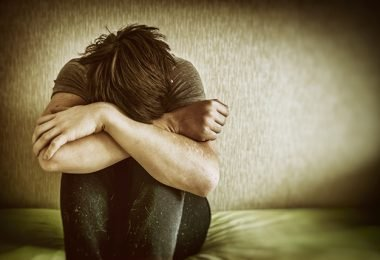 Hombre joven con depresión cónica que necesita el apoyo familiar