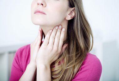 Mujer joven con ganglios inflamados
