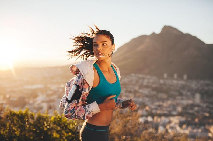 mujer corriendo correr hacia atrás retrorunning