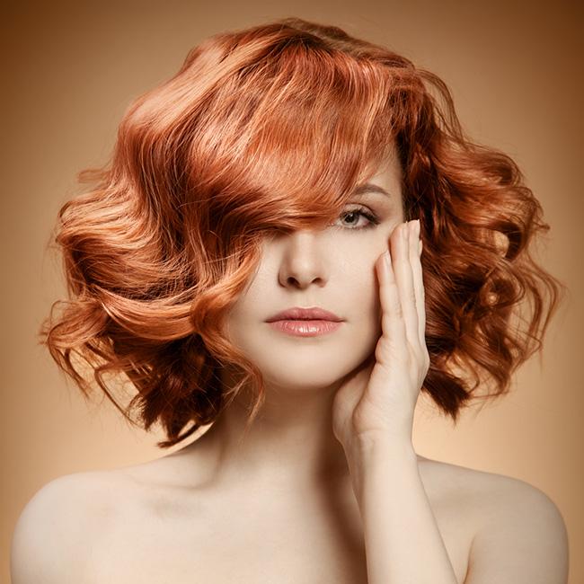 Mujer lleva el cabello con ondas para aparentar menos edad