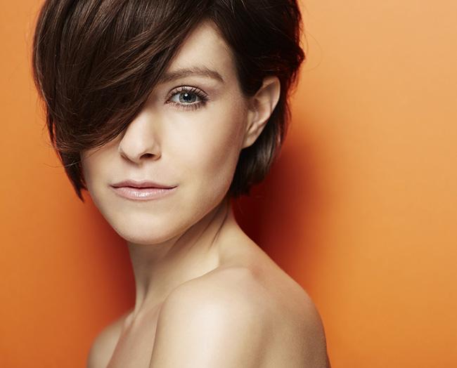 Mujer con pelo corto y peinado hacia el costado para parecer más joven