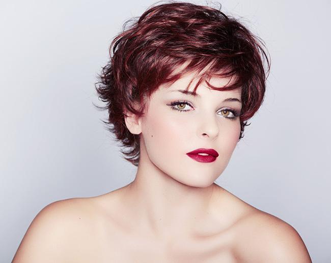 mujer blanca con corte en capas para parecer más joven