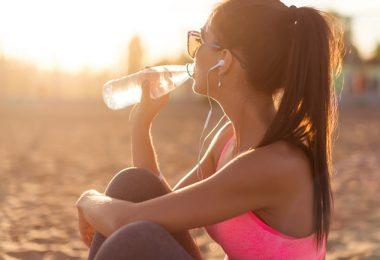 Mujer bebiendo agua para aumentar su quema de calorías natural