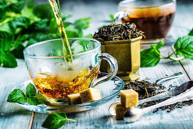 una taza de té con hierbas que ayudan a regenerar el hígado