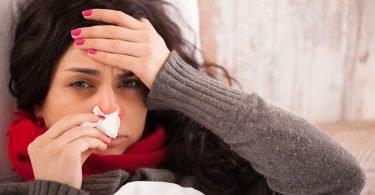 Mujer con catarro con dolor de cabeza