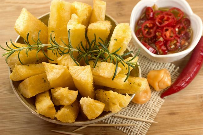 Yuca frita servida con romero y salsa de tomate