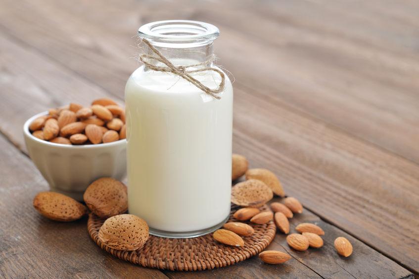 Una botella con leche de almendras