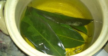 Preparando una infusión de hojas de mango