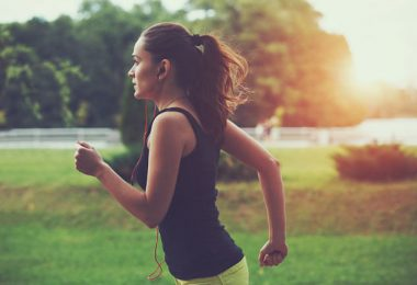 Mujer corre por el parque para aumentar su energía