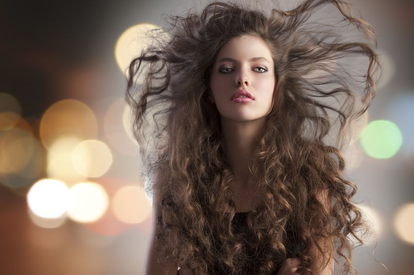 Mujer con el pelo rizado