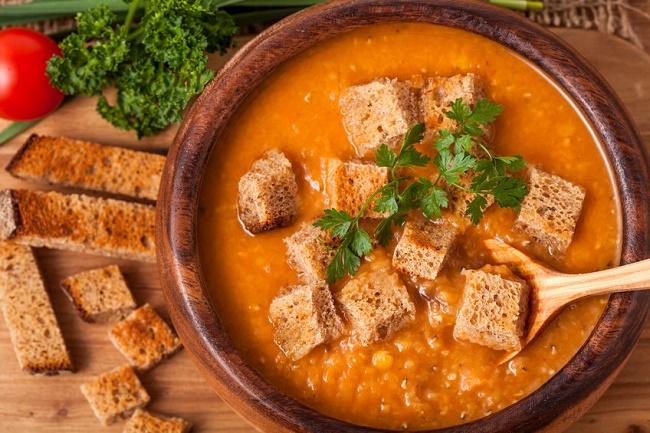 sopa de lentejas rojas con pan