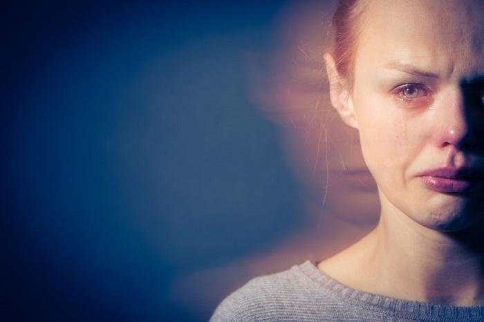 tratar la soledad mujer llorando y triste