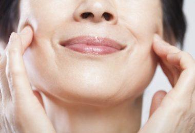 mujer con la piel del rostro firme por usar mascarillas