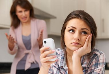 Una adolescente enojada con sus padres y que no los quiere escuchar