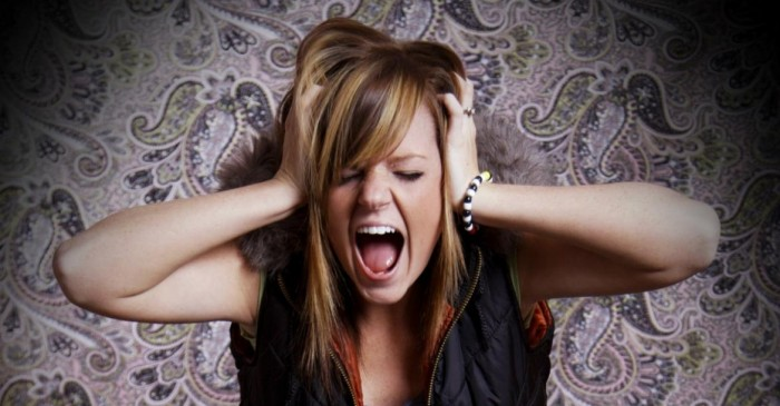 Una adolescente mostrando frustración