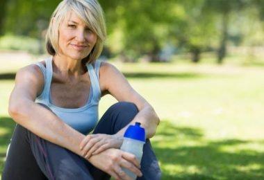 Mujer que se ve más joven por el consumo de estos alimentos