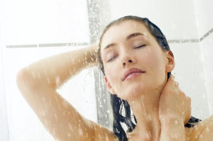 Mujer se está duchando antes de ir a dormir