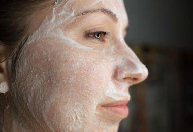chica joven que usa una mascarilla de aspirinas para tratar el acne