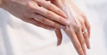 Mujer aplicando un tratamiento casero para prevenir las arrugas en las manos