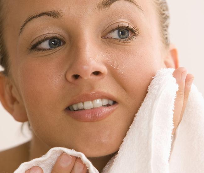 mujer secando su piel con fuerza
