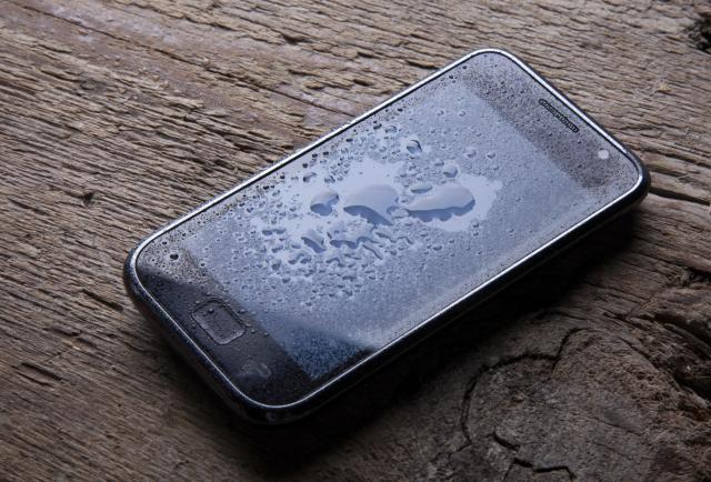 teléfono móvil que se ha caído al inodoro