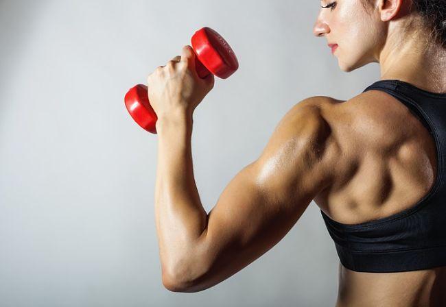 Mujer realizando una rutinas de pesas para quemar grasa