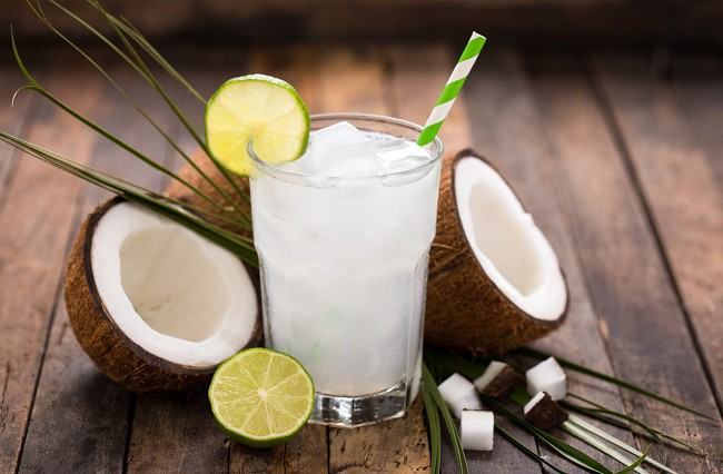 agua de coco con limon y apio para aumentar tu metabolismo