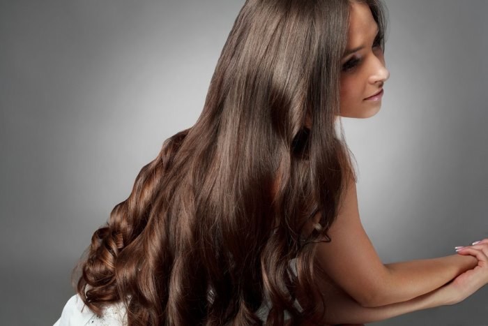 chica joven mostrando su cabellera grueso y abundante