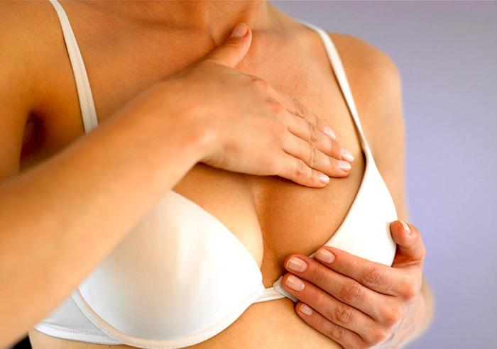 mujer con picazón en los senos