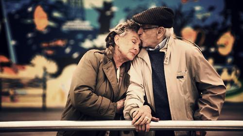 pareja adulta conversación sobre salud