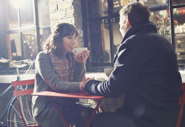 Pareja conversando en un café