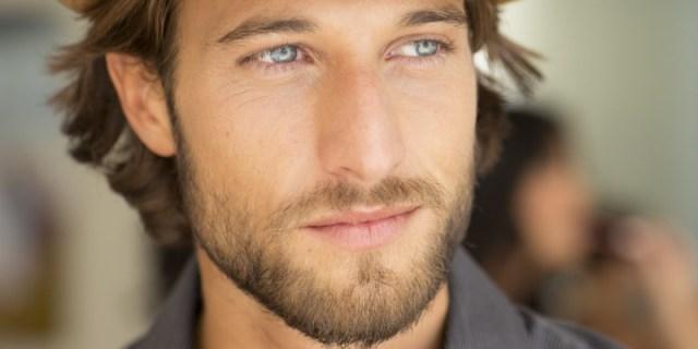 hombre con escasa barba
