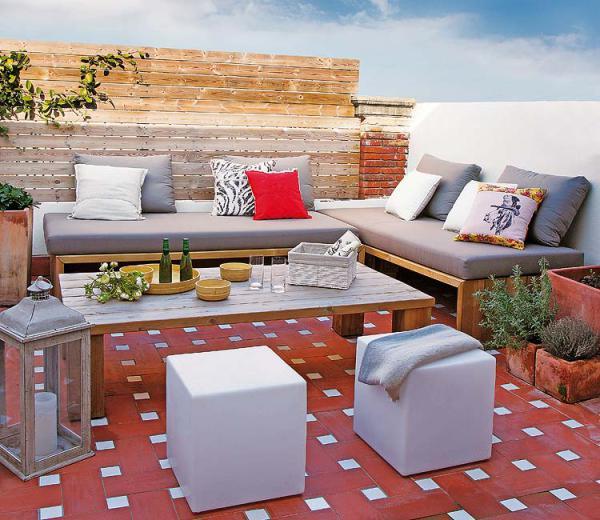 sala rústica en terraza de la azotea con piso cerámico color rojo