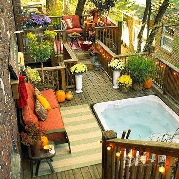 pequeña terraza en la azotea dcorada para pasar tardeadas y anocheceres con jacuzzi y muebles rústicos