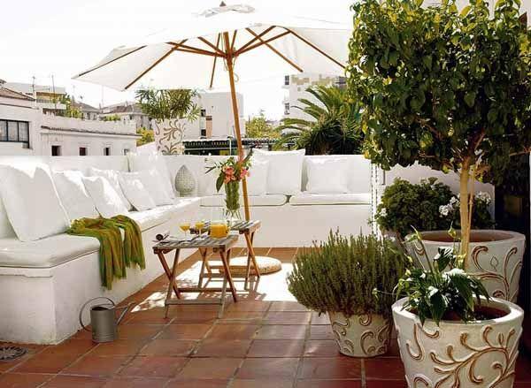 azotea estilo mediterráneo con macetas y sala color blanco