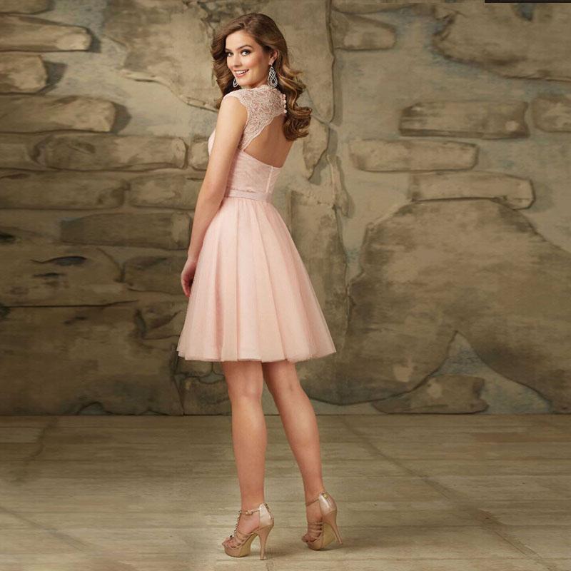 mujer vistiendo un vestido de color rosa
