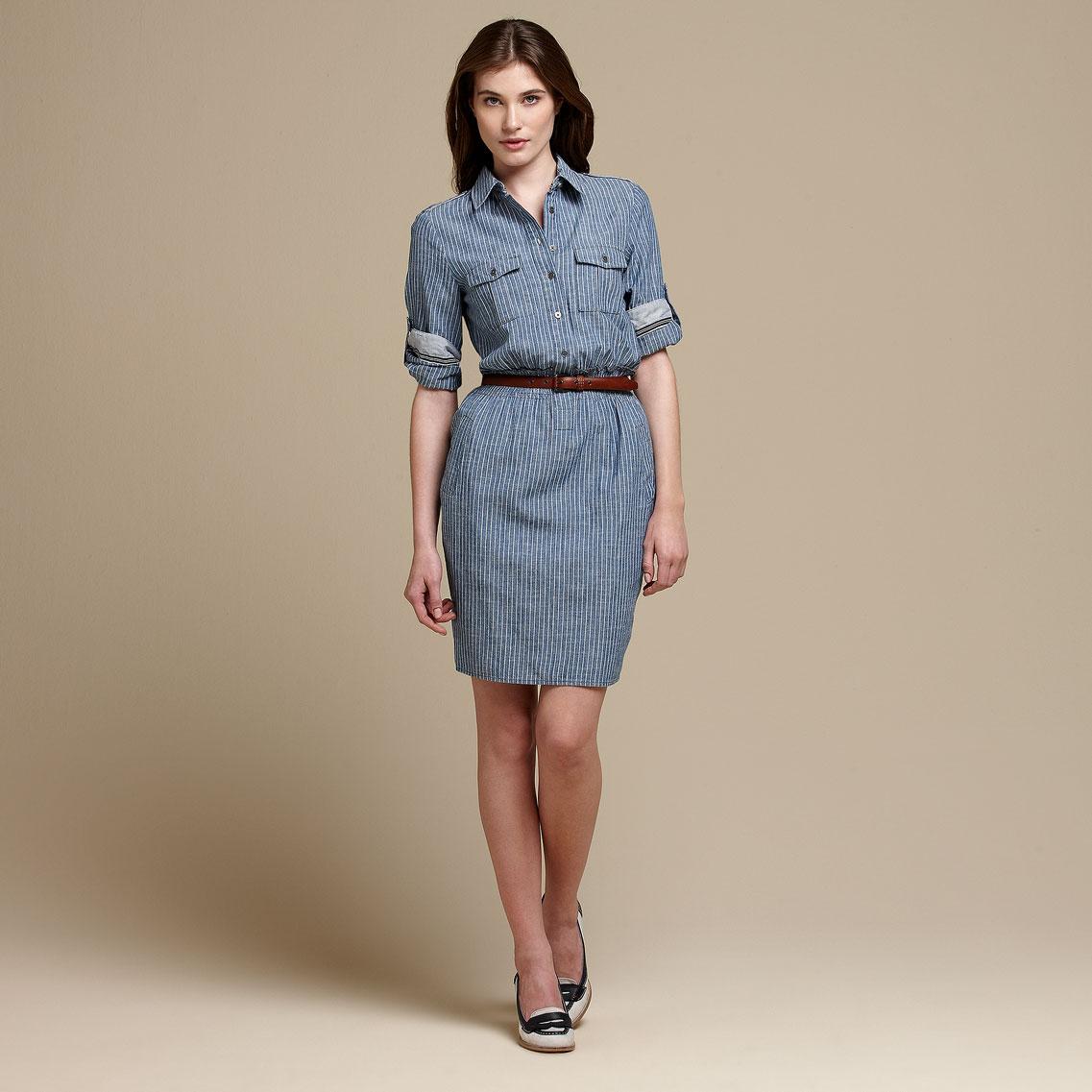 mujer con un vestido gris